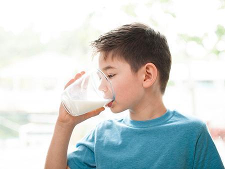 ضرورت خوردن شیر برای بچه ها
